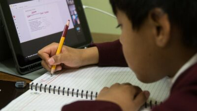 Becas para el próximo ciclo escolar; ve cómo registrar a tu hijo