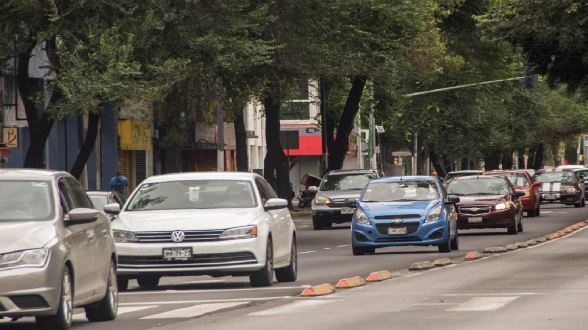 CDMX: sujeto ataca a batazos a taxi que estorbaba entrada de casa