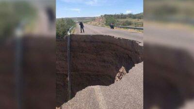 Socavón en Chihuahua se devora carretera en Buenaventura