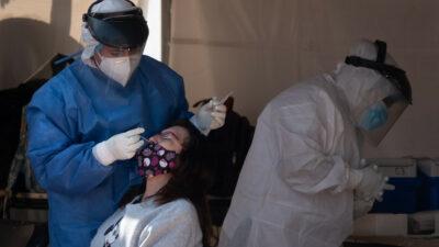 En México hay 37% más casos de COVID-19, pero menos defunciones