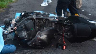 """México-Cuernavaca: accidente en """"La Pera"""" deja a motociclista colgado de camioneta"""