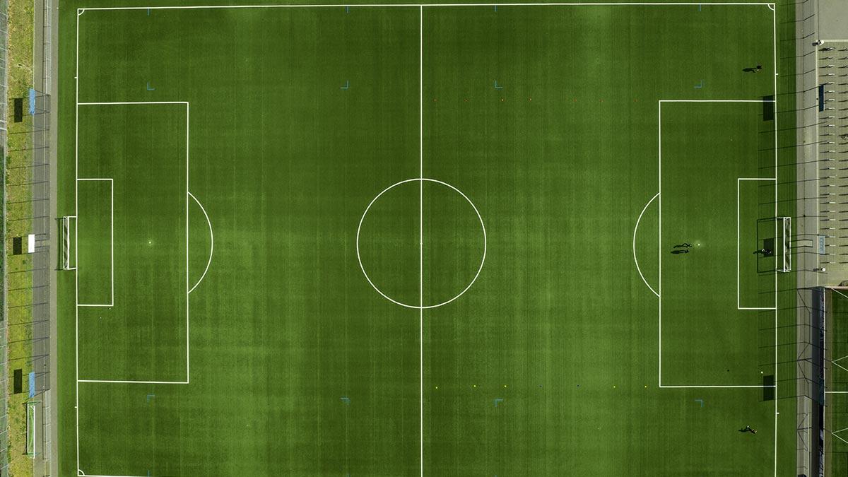Futbolista marca gol desde la media cancha en Ghana