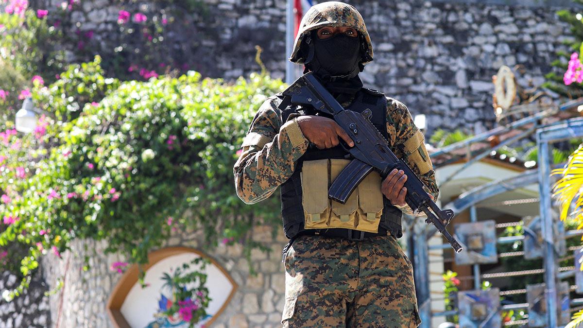 La policía de Haití arrestó a 15 presuntos magnicidas, en su mayoría colombianos. Foto: AFP