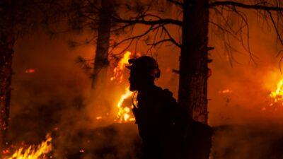 Incendio Tamarack, bomberos captan en video escape entre las llamas