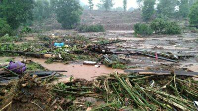 24 horas ininterrumpidas de intensas lluvias provocaron el desbordamiento del río Vashishti.