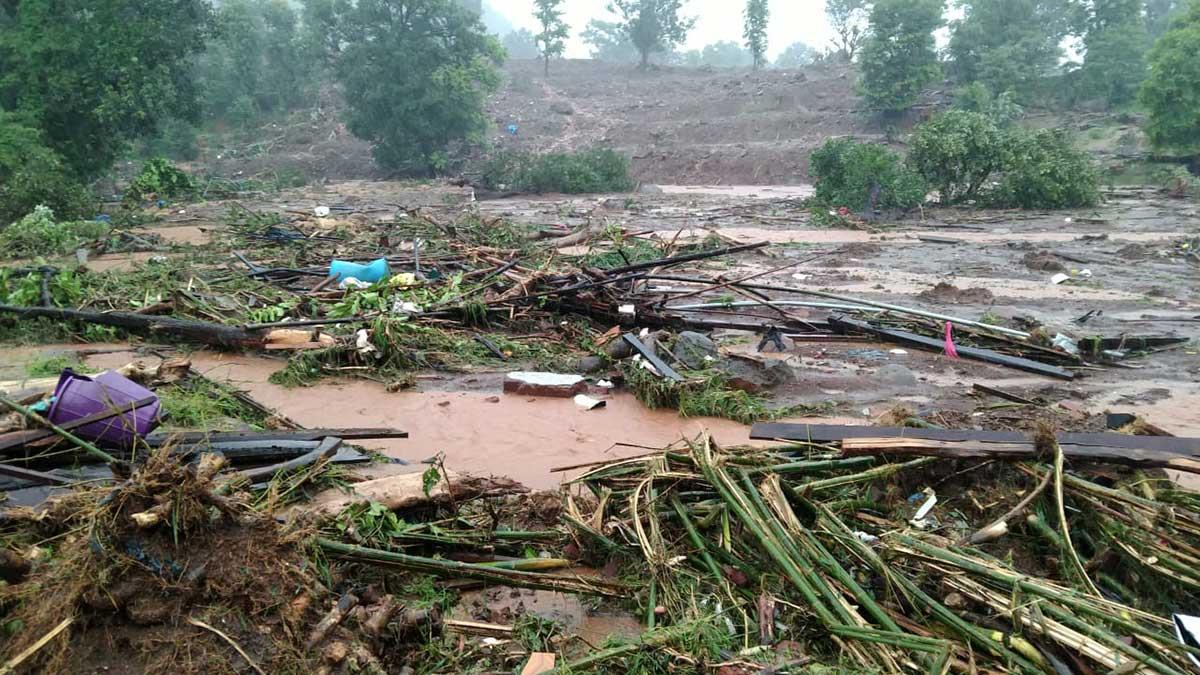 24 horas ininterrumpidas de intensas lluvias en India provocaron el desbordamiento del río Vashishti.