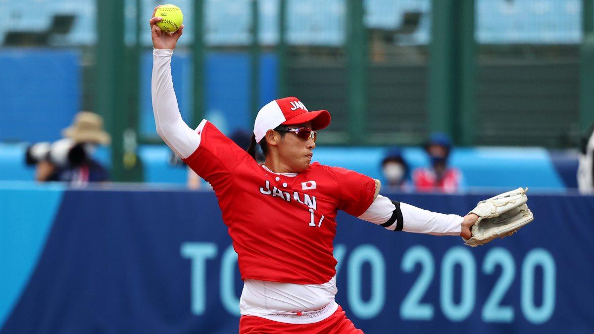¡Golpazo! árbitro canadiense recibe pelotazo en softbol: México vs Japón