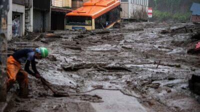 Japón busca a 20 desaparecidos tras deslizamiento de tierra