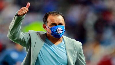 Cruz Azul hace oficial renovación de Juan Reynoso