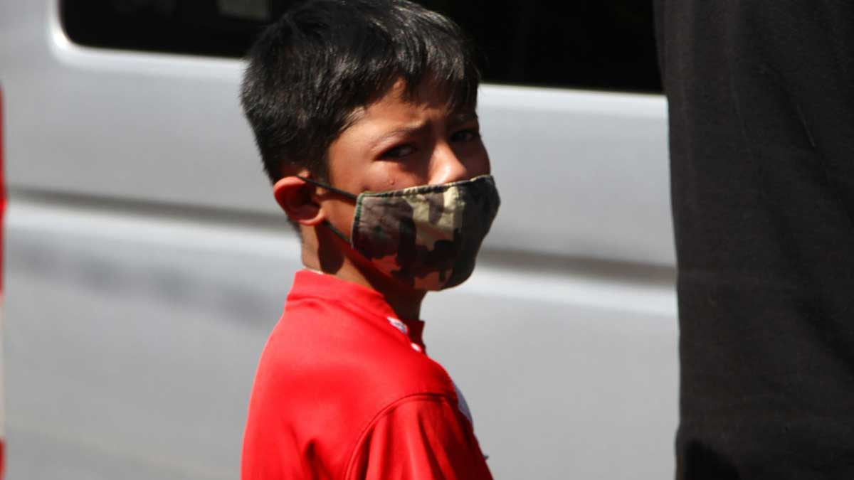 Nuevo León alerta por contagios de COVID en niños; ve restricciones