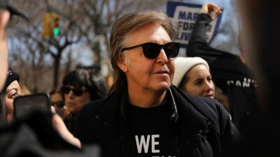 Paul McCartney cantando fiesta