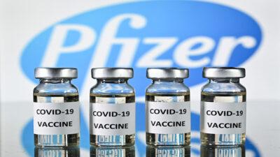 """""""Tercera dosis aumenta inmunidad contra variantes del COVID"""": Pfizer"""