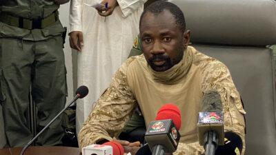 Presidente interino de Malí sufre un ataque con cuchillo durante celebración musulmana