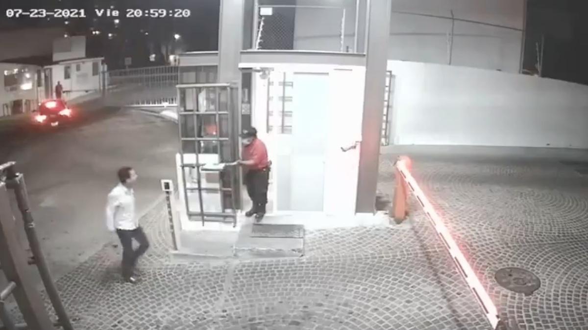 Querétaro: Captan a jóvenes golpeando a vigilante adulto mayor