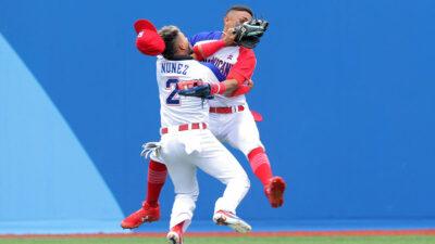 Brutal choque en el béisbol de tokio 2020, jugadores se impactan, ambos eran de República Dominicana