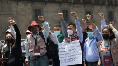 CDMX: Servidores de la Nación se manifiestan frente a Palacio Nacional