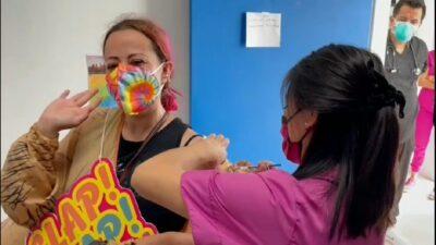 Puebla: mujer acude disfrazada de T-Rex a vacuna contra COVID-19