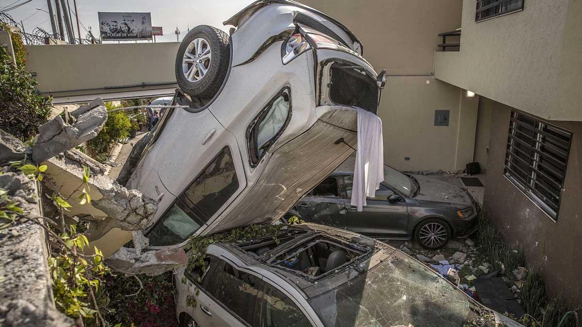 Tijuana: conductor vuelca, choca 5 carros y termina en patio