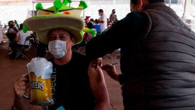 CDMX: Treintañeros acuden a vacunarse