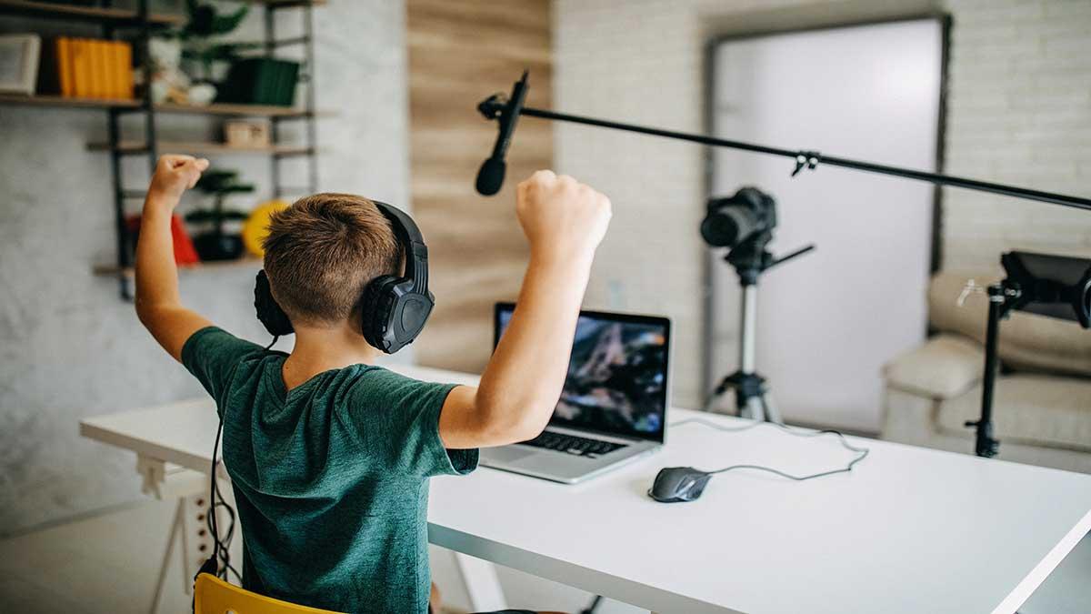 Tomi, el niño con cáncer cerebral que se convirtió en youtuber del año en Chile