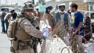 En Afganistán, talibanes advierten consecuencias si EU retrasa su salida