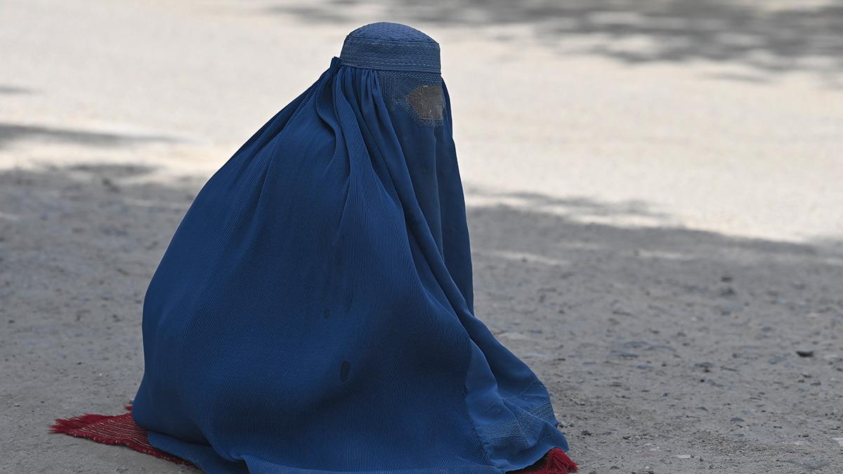 Terror en Afganistán: talibanes matan a mujer por no usar el burka