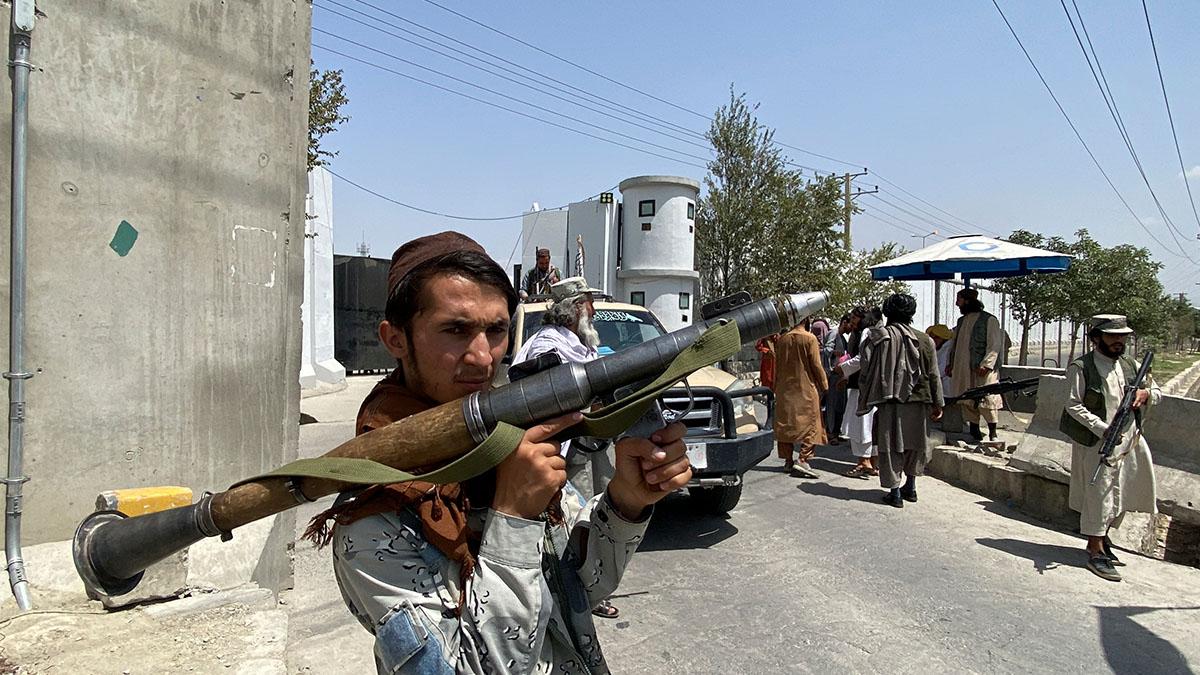 Afganistán vive crisis por talibanes y ellos se suben a juegos mecánicos