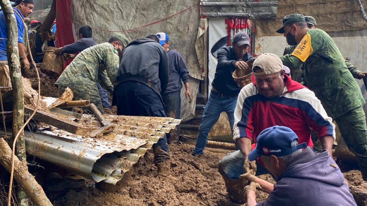Tragedia tras paso de Grace en Xalapa; 5 niños mueren sepultados por alud