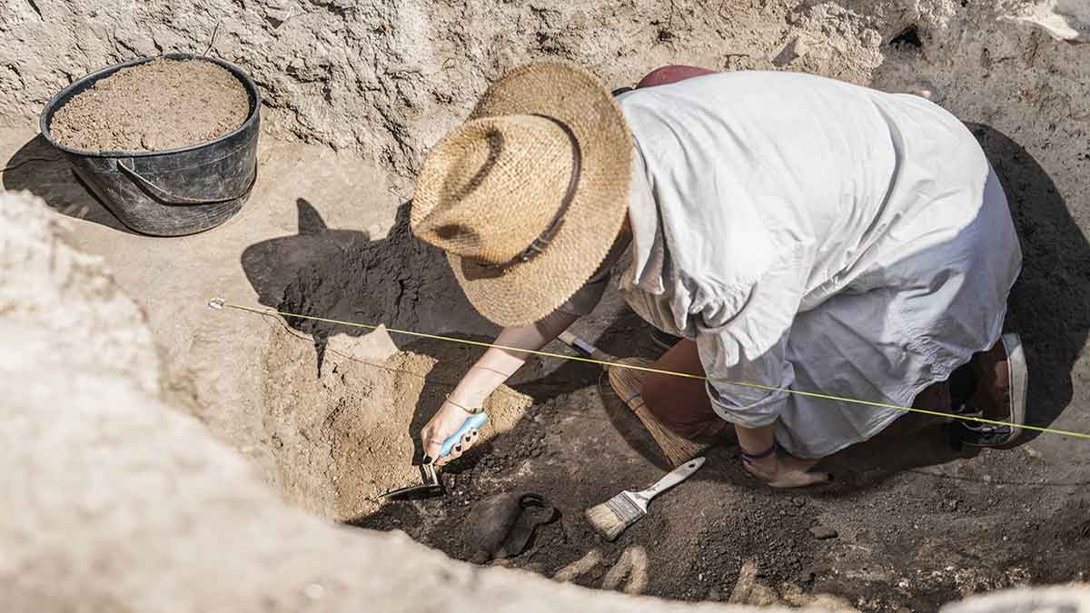En Ecuador, arqueólogos hallan urna funeraria intacta de la cultura prehispánica