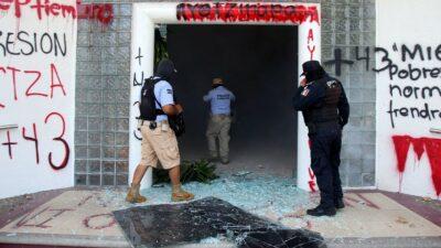 Ayotzinapa: Normalistas destrozan oficinas del Gobierno de Guerrero