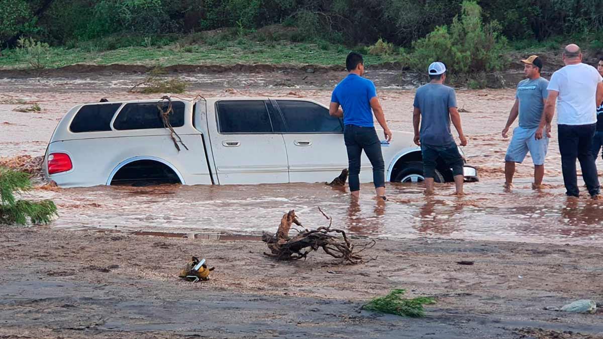 Baja California Sur: lluvias desbordan ríos y arrastran camioneta