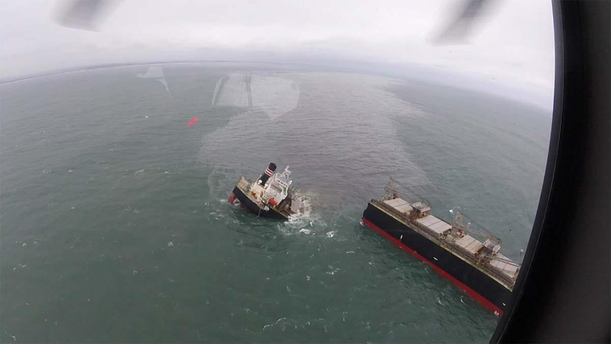Enorme buque carguero se parte en dos en aguas de Japón