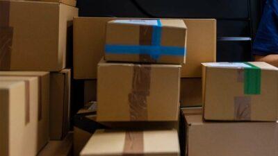 Cargador sorprende con habilidad para trasladar cajas de jabón