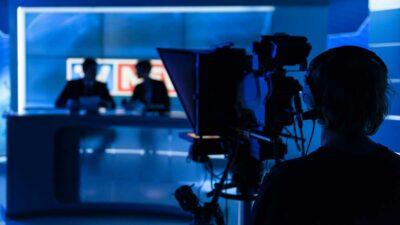 Conductor de TV da discurso a afganos con talibanes armados a su alrededor