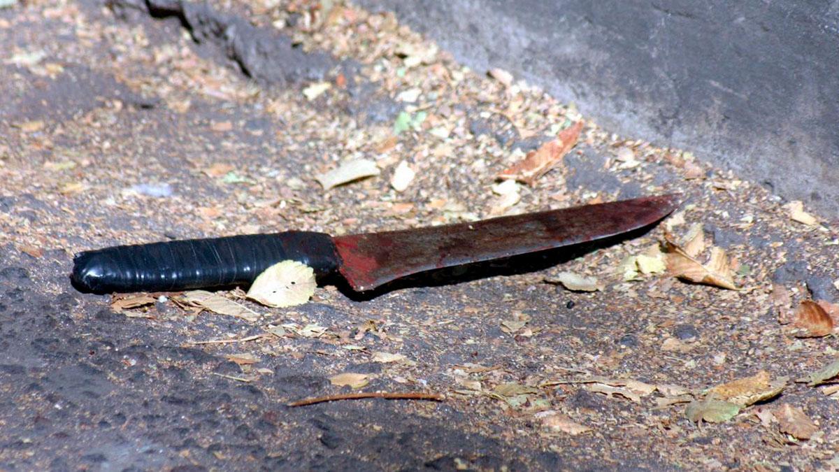 Michoacán: mujer amenaza con cuchillo a conductores; estorbaban su negocio