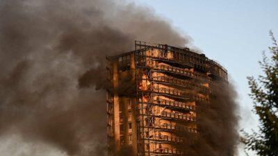 Incendio consume edificio de 20 pisos en Milán