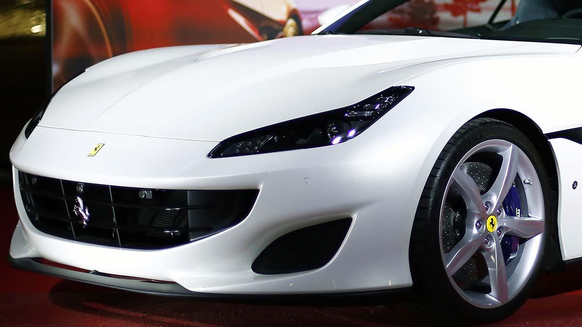 Ferrari Roma queda atorado en angosta calle de Italia