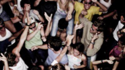 Fiesta termina en tragedia: baila al filo de una ventana y cae