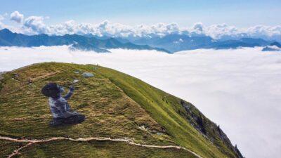 Saype crea grafiti en una montaña de los Alpes suizos