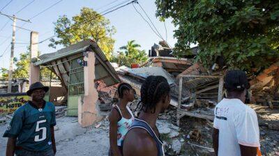 Cientos de personas quedaron atrapadas en el derrumbe de iglesias, negocios, escuelas y viviendas. Foto: AFP
