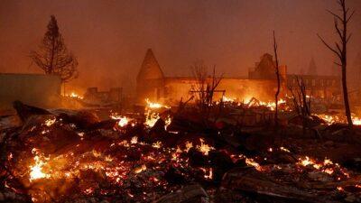 Un enorme incendio arrasó un pequeño pueblo del norte de California, horas después de que las autoridades exhortaron a los residentes a evacuar sus hogares.