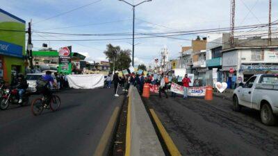 En Michoacán, maestros bloquean salidas de Morelia