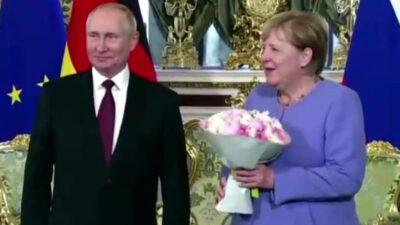Putin Merkel flores