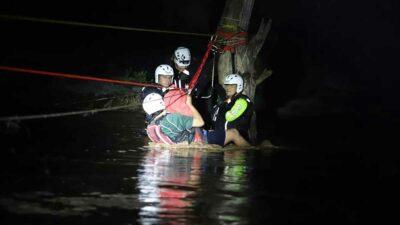 Nuevo León: en río Ramos rescatan a bebé y 24 personas por corriente
