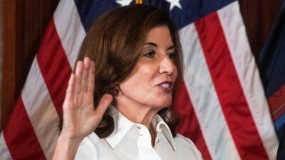 Kathy Hochul rinde protesta como gobernadora de Nueva York