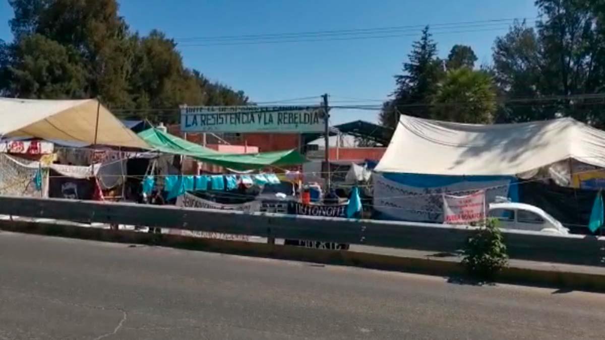Está bloqueado el carril de la carretera federal México-Puebla frente a la empresa Bonafont