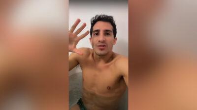 Rommel Pacheco toma baño en tina con 30 kg de hielo para recuperarse