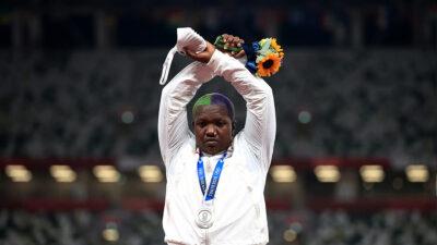 Raven Saunders: qué significa la seña que hizo la atleta en el podio olímpico