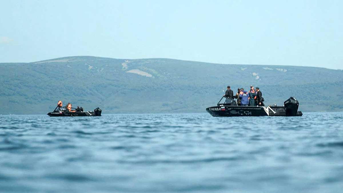 Ocho personas fueron rescatadas después de que lograran subir a la superficie del agua. Foto: AFP/ Ministerio de Situaciones de Emergencia ruso