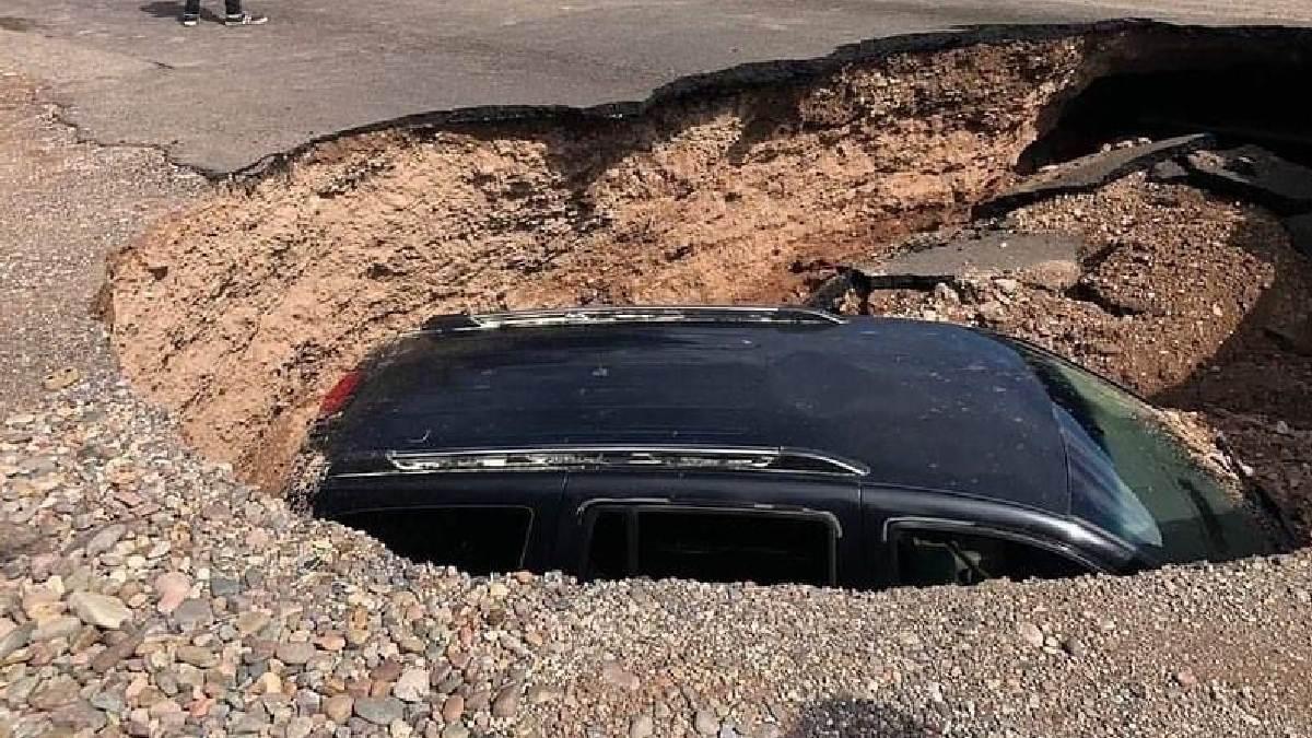Socavón en Sonora se traga camioneta en calles de Cajeme
